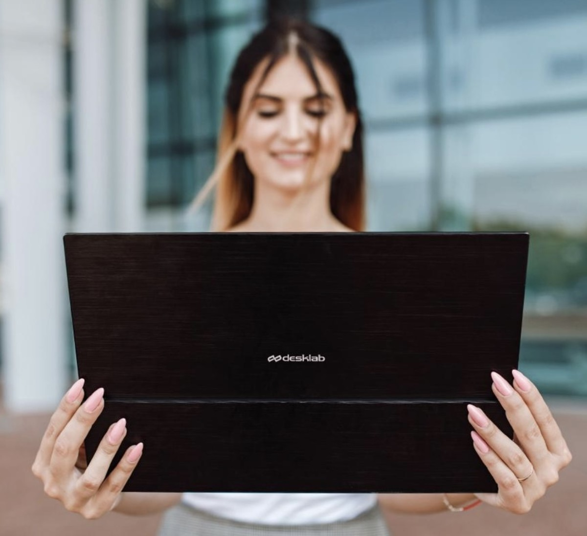 desklabs-portable-4k-touchscreen-monitor-really-does-the-job