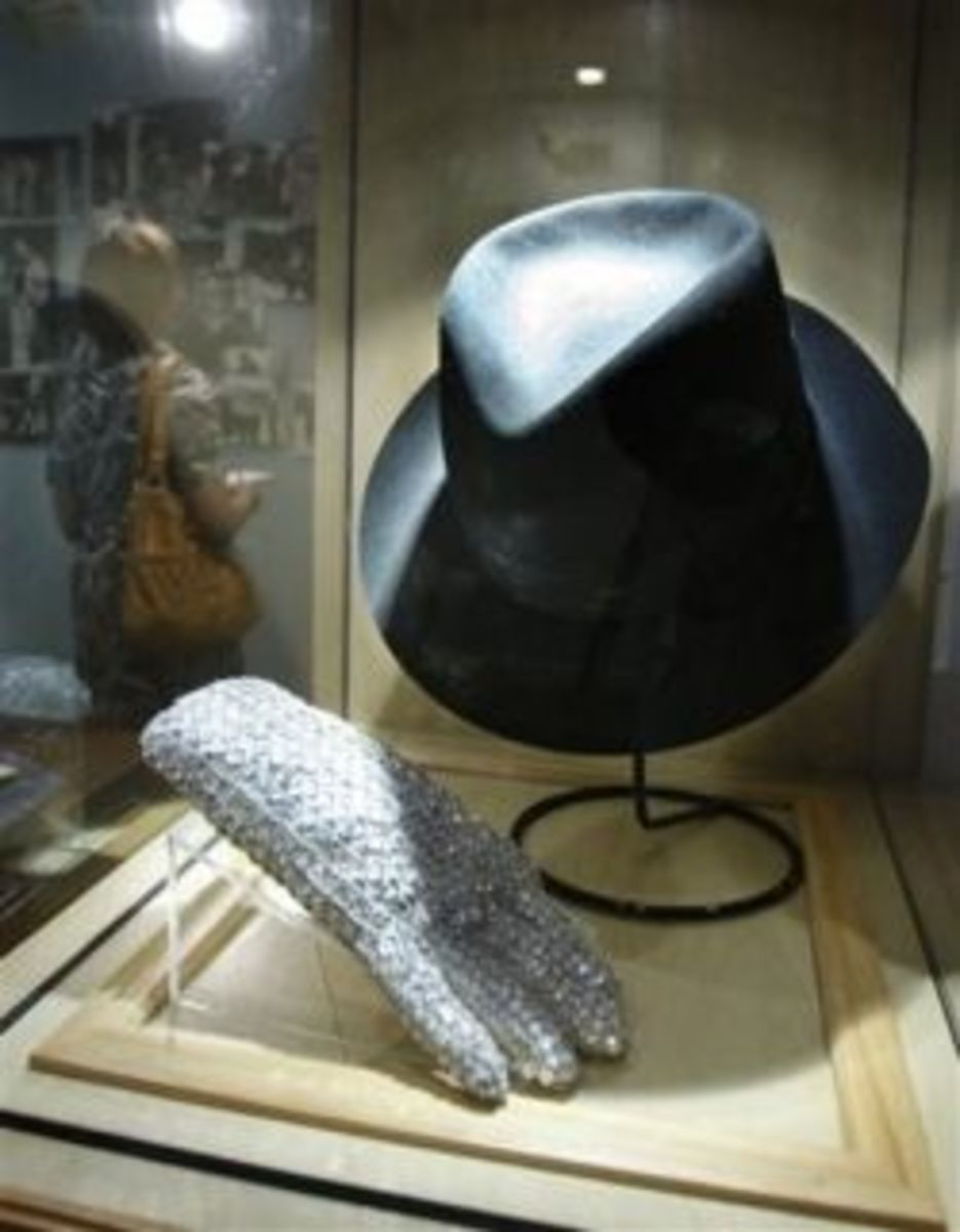 Michael Jackson's glove and hat (click to photo's original site)