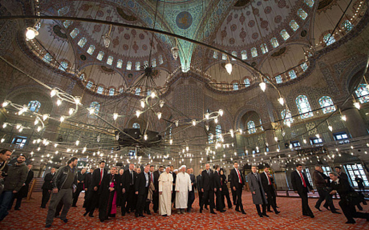 Pope visit to the blue Mosque, this mystic place of worship or museum, was built from Sultan Ahmet, it was built between 1609-1616.  The builder architect built it in a similar way to the oldest church in the world Ayasofya which is nearby.