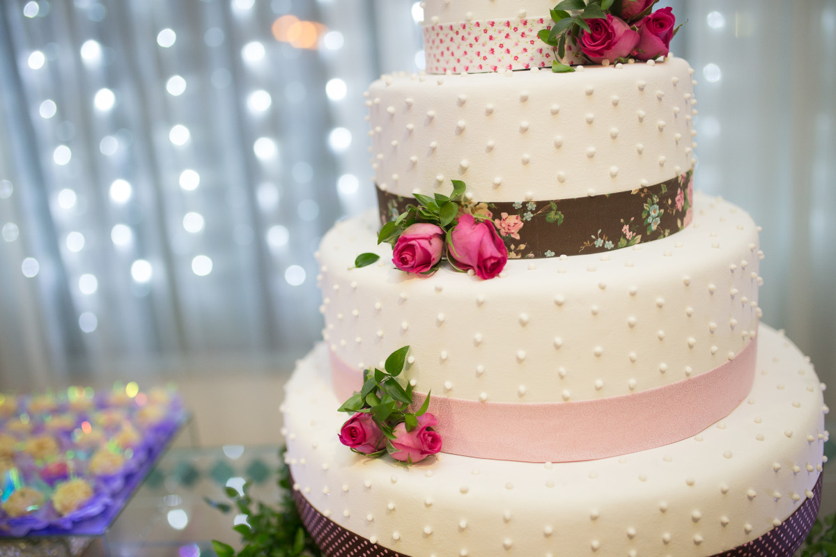 Roses on your wedding cake add a nice touch and carries your theme