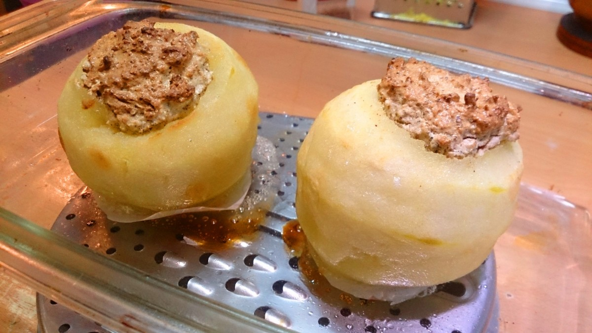 Put the filled apples in the oven and bake for 10 minutes.