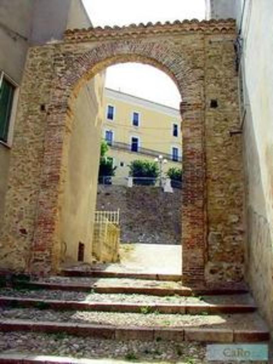 This is the photo of one of the opening for the doors of the town that in the old days had massive doors, in the background we can see part the castle of Genzano