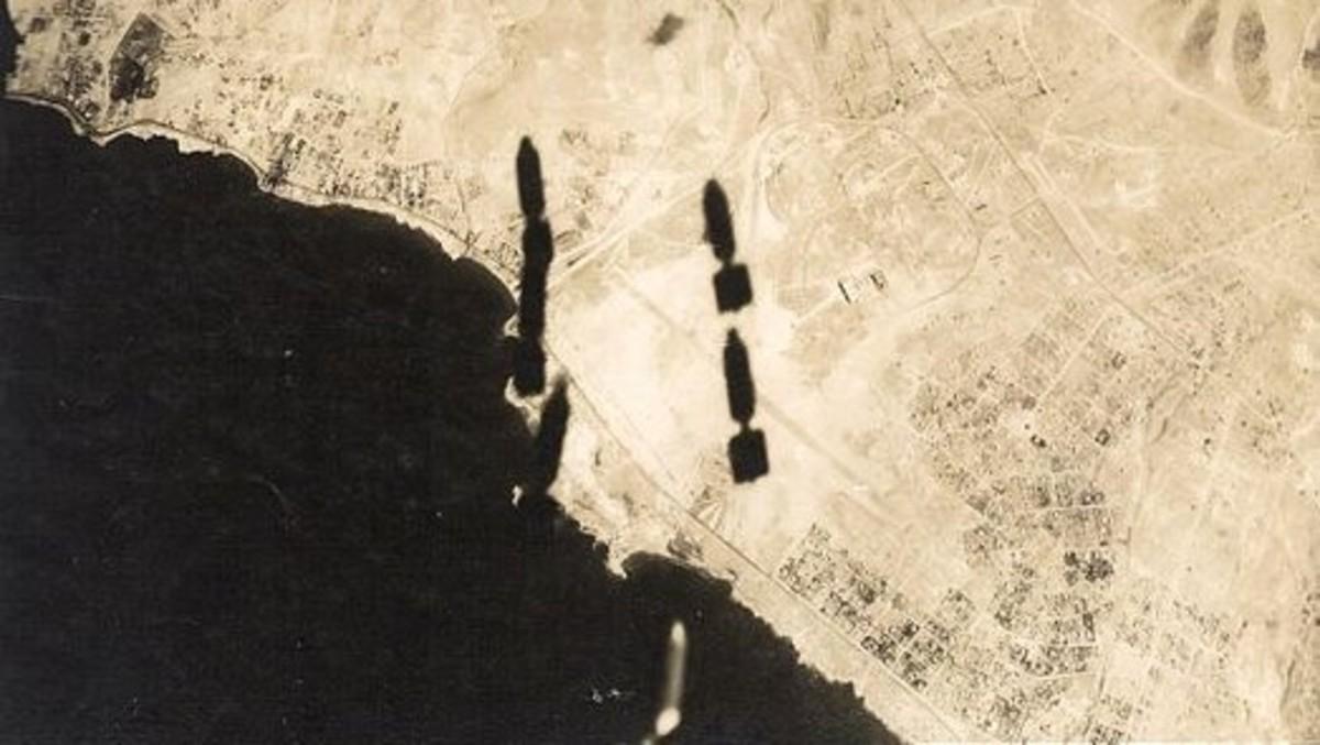 炸弹从B-17飞行堡垒下降照片