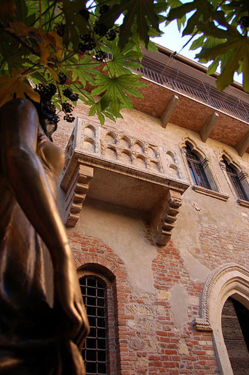 Balcony of Juliet's home and Statue
