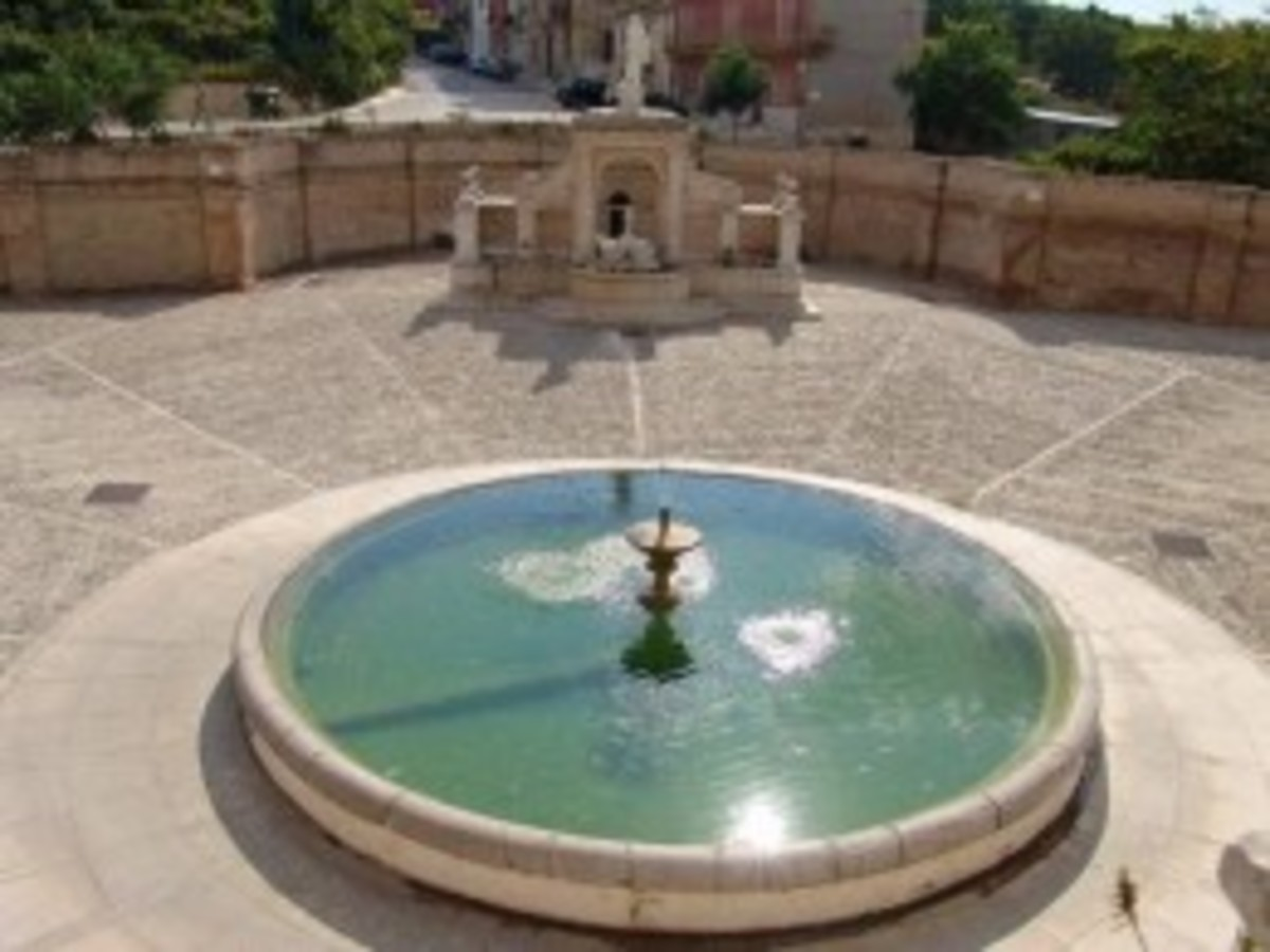 This is how we see the Cavallina fountain from above when we are going to visit it from the town, there are more photos of this trough and the fountain in the background.