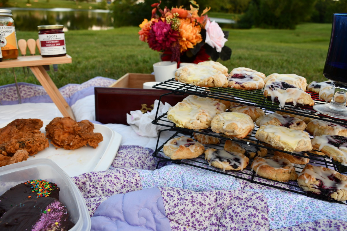 For a stunning picnic, select a beautiful quilt. Add a vase of flowers. Wire racks are great for finger foods.