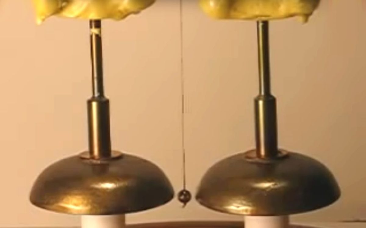 The device made by the instrument manufacturers Watkin and Hill consisted of two brass bells each stationed beneath a dry pile battery, with a metal sphere (or clapper) swinging between them to produce a ring.