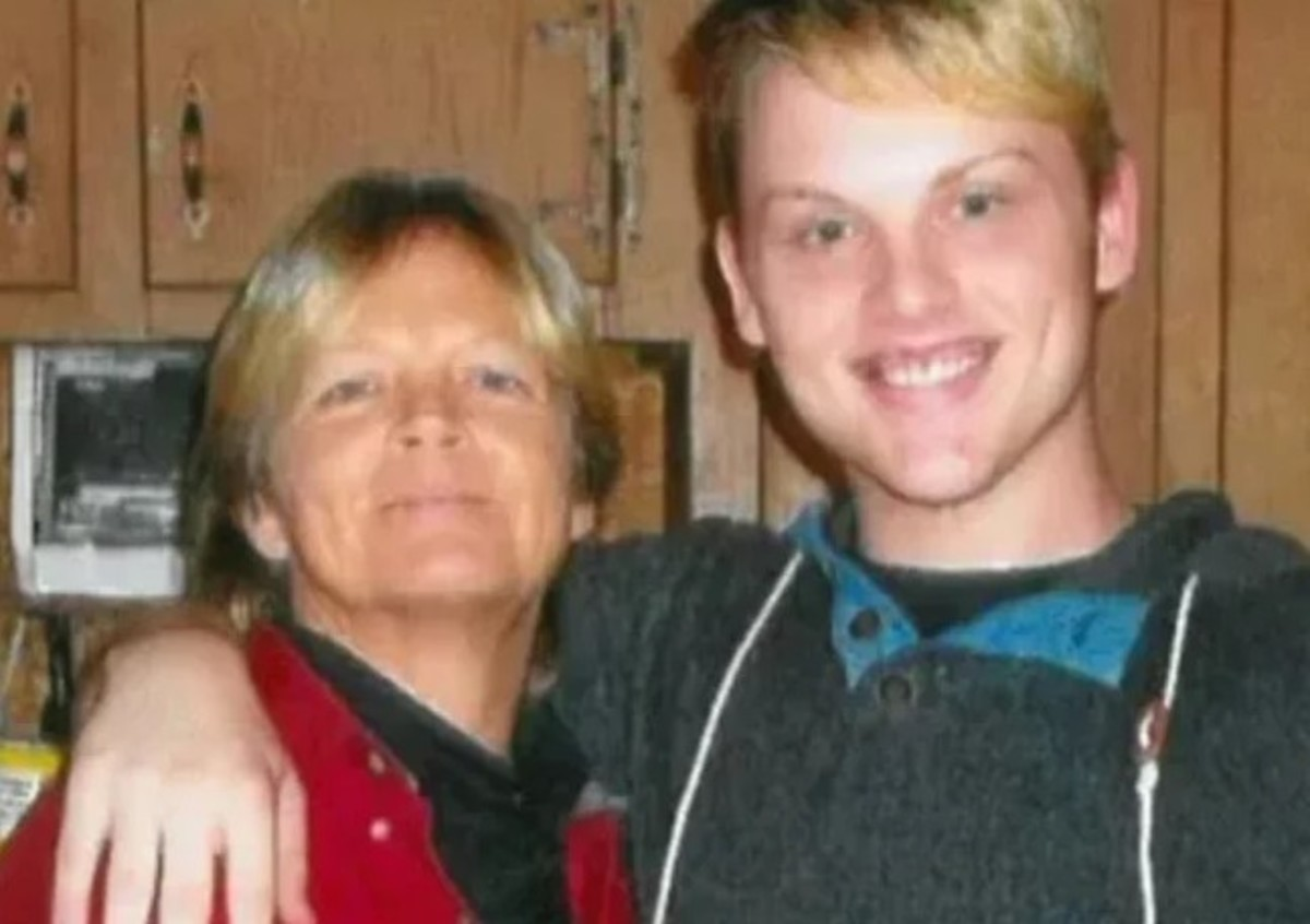 Stephen Smith with his mother, Sandy Smith. Photo courtesy of Inside Edition.