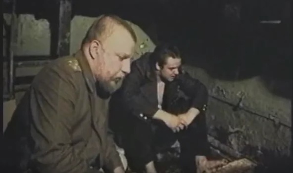 Sergey Pakhomov and Vladimir Epifantsev in The Green Elephant (1999).