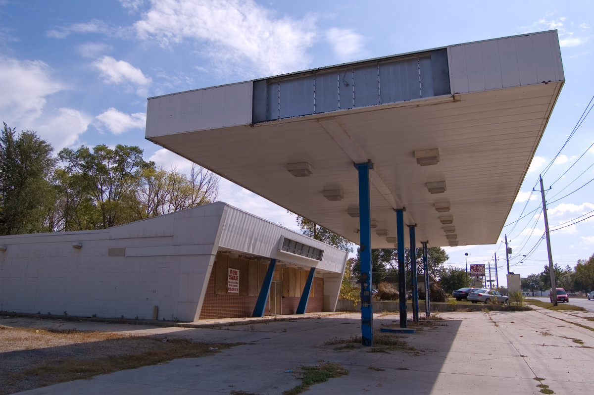 Vacant Gas Station and Convenience Store. Wonder How Long It Took To Be Put Up...Wonder How Long It Will Now Sit In This Place...VACANT!